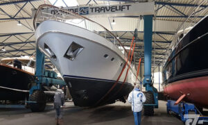 Transport van schip in de hal.